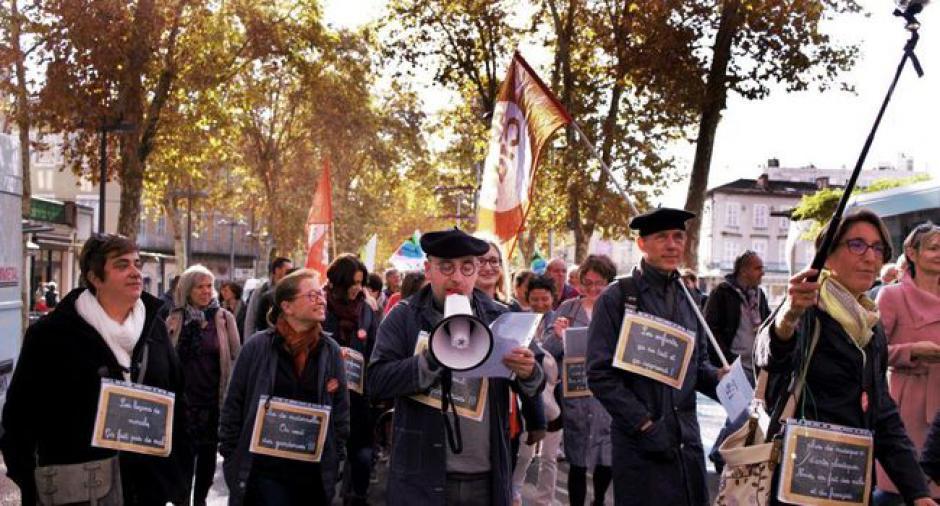 Colère noire et manif parodique en blouses grises à Cahors // 2018.11.13